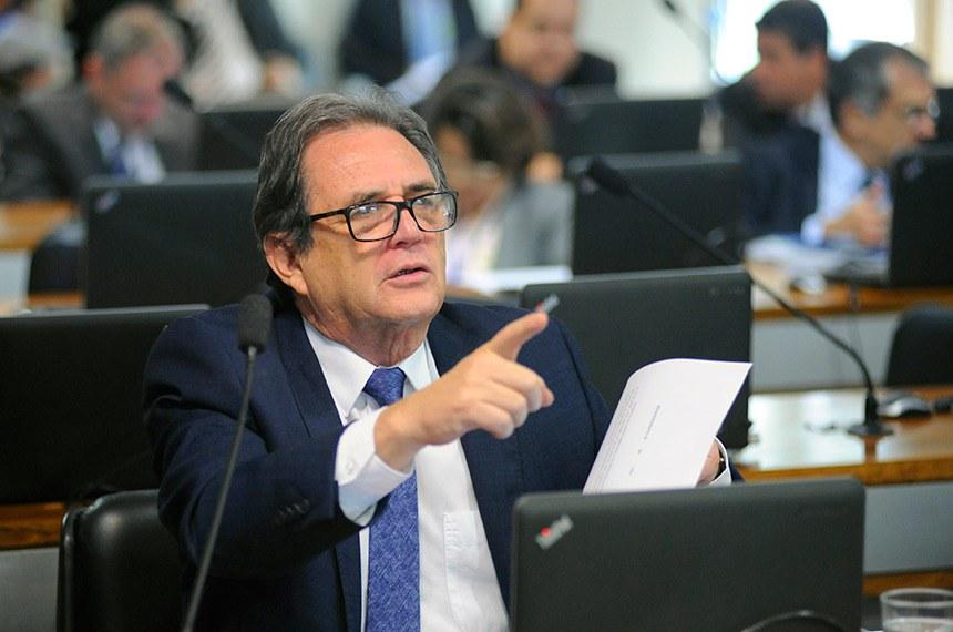 Comissão de Assuntos Econômicos (CAE) realiza reunião com 18 itens da pauta. Entre eles, o PLS 191/2014, que inclui a câmera de marcha a ré como equipamento obrigatório dos veículos automotores.   Em pronunciamento, à bancada, senador Waldemir Moka (MDB-MS).  Foto: Pedro França/Agência Senado