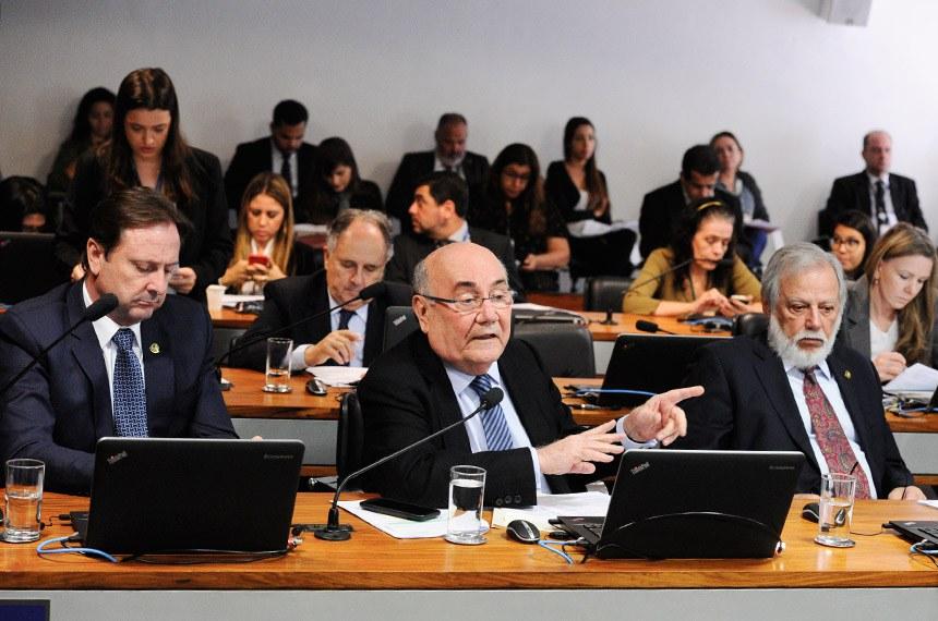 Comissão de Meio Ambiente (CMA) realiza reunião deliberativa com 16 itens na pauta. Entre eles, o PLS 67/2017, que institui normas gerais para a revitalização da bacia hidrográfica do rio Parnaíba.   À bancada em pronunciamento, senador Flexa Ribeiro (PSDB-PA).   Participam:  senador Acir Gurgacz (PDT-RO);  senador Airton Sandoval (MDB-SP).  Foto: Edilson Rodrigues/Agência Senado