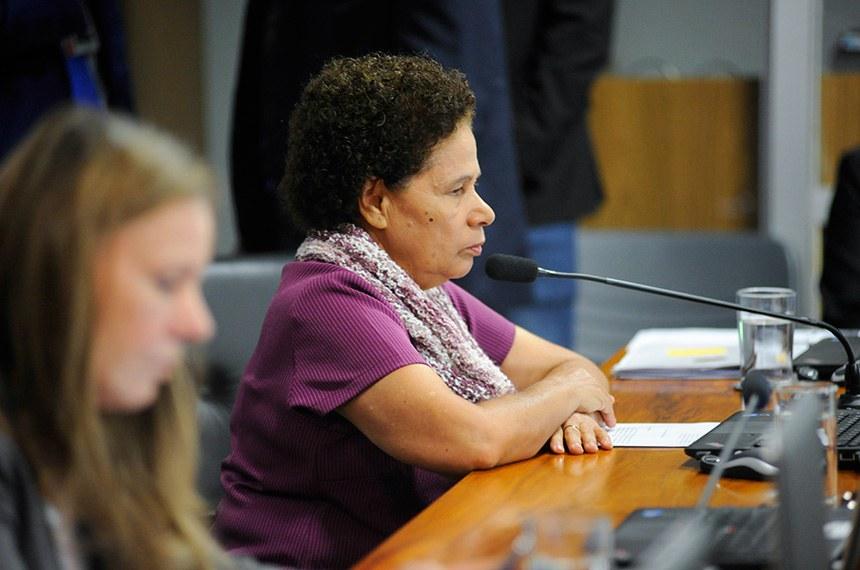 Comissão de Assuntos Econômicos (CAE) realiza reunião com 18 itens da pauta. Entre eles, o PLS 191/2014, que inclui a câmera de marcha a ré como equipamento obrigatório dos veículos automotores.  Em pronunciamento, senadora Regina Sousa (PT-PI).  Foto: Pedro França/Agência Senado