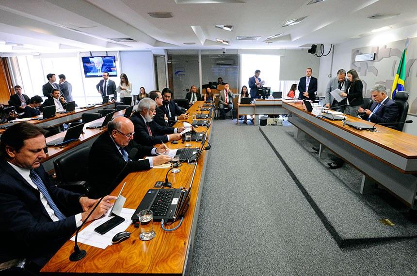 Comissão de Meio Ambiente (CMA) realiza reunião deliberativa com 16 itens na pauta. Entre eles, o PLS 67/2017, que institui normas gerais para a revitalização da bacia hidrográfica do rio Parnaíba.  À mesa, presidente eventual da CMA, senador Sérgio Petecão (PSD-AC).  Bancada: senador Acir Gurgacz (PDT-RO);  senador Flexa Ribeiro (PSDB-PA); senador Airton Sandoval (MDB-SP);  senador Wellington Fagundes (PR-MT); senador Valdir Raupp (MDB-RO).  Foto: Edilson Rodrigues/Agência Senado