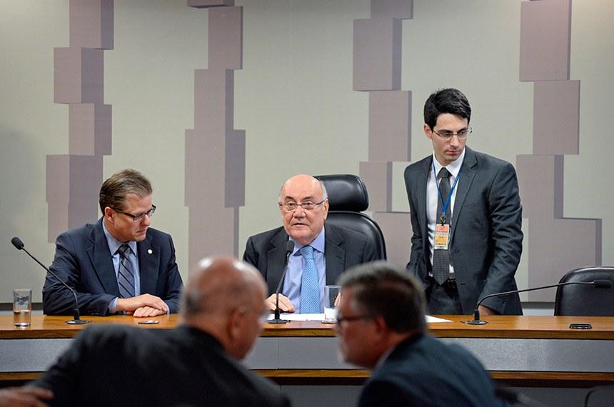 Comissão Mista da Medida Provisória (CMMPV) nº 830, de 2018, que extingue o Fundo Soberano do Brasil, criado pela Lei nº 11.887, de 24 de dezembro de 2008, e o Conselho Deliberativo do Fundo Soberano do Brasil, realiza reunião para instalação e eleição do presidente e vice.   Mesa:  vice-presidente da CMMPV 830/2018, deputado Leonardo Quintão (MDB-MG);  presidente da CMMPV 830/2018, senador Flexa Ribeiro (PSDB-PA).  Foto: Jefferson Rudy/Agência Senado