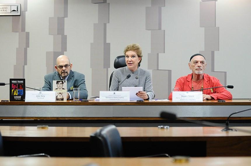 """Comissão de Direitos Humanos e Legislação Participativa (CDH) e Comissão de Assuntos Sociais (CAS) realizam audiência conjunta interativa para tratar sobre """"A cidadania da população LGBT, com foco na terceira idade e no envelhecimento: 'O tempo de nossas vidas' """".  Mesa: transexual Paulo Albernaz Mello Bastos (João Nery); presidente da CAS, senadora Marta Suplicy (MDB-SP); ator e um dos fundadores do grupo artístico Dzi Croquettes, Bayard Tonelli.  Foto: Pedro França/Agência Senado"""