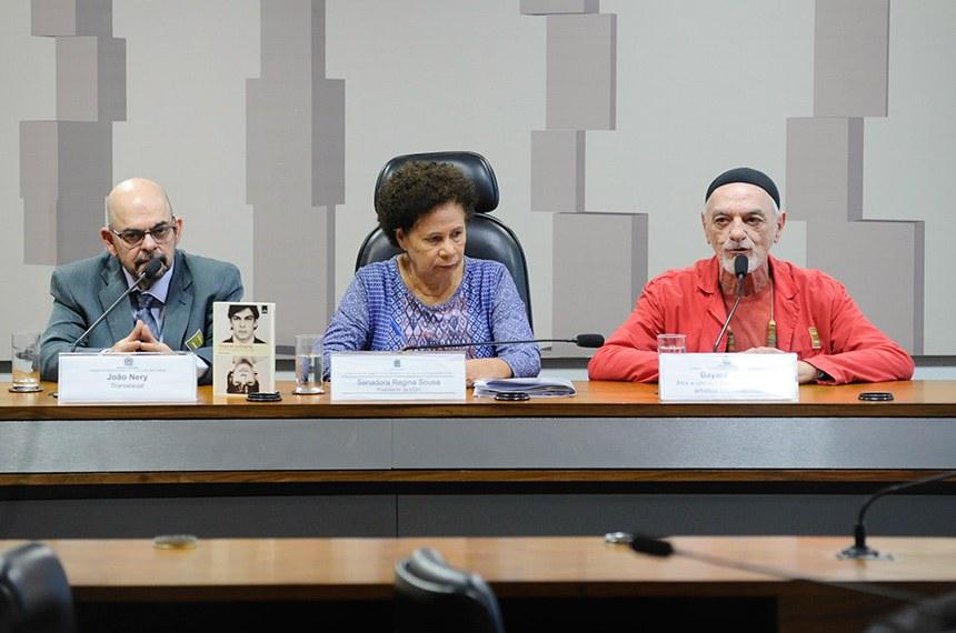 """Comissão de Direitos Humanos e Legislação Participativa (CDH) e Comissão de Assuntos Sociais (CAS) realizam audiência conjunta interativa para tratar sobre """"A cidadania da população LGBT, com foco na terceira idade e no envelhecimento: 'O tempo de nossas vidas' """".  Mesa: transexual Paulo Albernaz Mello Bastos (João Nery); presidente da CDH, senadora Regina Sousa (PT-PI);  ator e um dos fundadores do grupo artístico Dzi Croquettes, Bayard Tonelli.  Foto: Pedro França/Agência Senado"""
