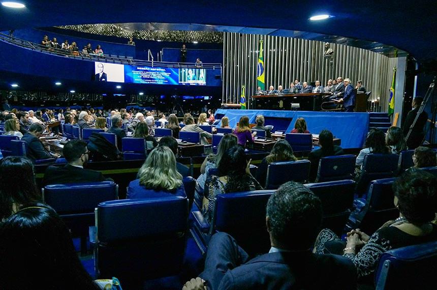 Plenário do Senado Federal durante sessão especial destinada a comemorar o centenário de nascimento do ex-senador Emival Ramos Caiado.  Em discurso, à tribuna, presidente da sessão de homenagem, senador Ronaldo Caiado (DEM-GO).  Mesa: ex-deputado Pedro Canedo; ex-deputado Elcival Caiado; ex-governador do Estado de Goiás, Alcides Rodrigues; senador Wilder Morais (DEM-GO); ex-deputado Sérgio Caiado; advogado Breno Ramos Caiado; prefeito de Formosa (GO), Ernesto Roller; Emival Ramos Caiado Filho.  Foto: Roque de Sá/Agência Senado