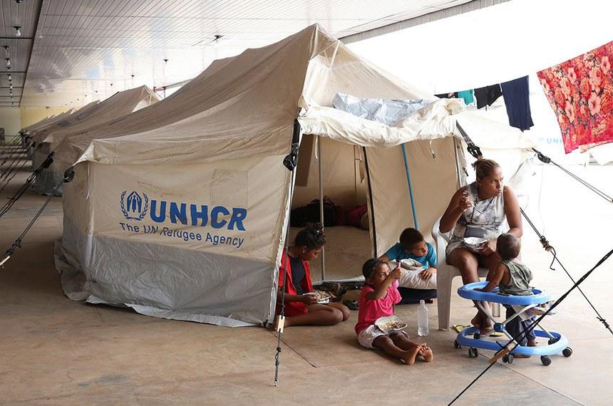 Acampamento de refugiados venezuelanos montado pelo Exército Brasileiro e a Agência das Nações Unidas para Refugiados .