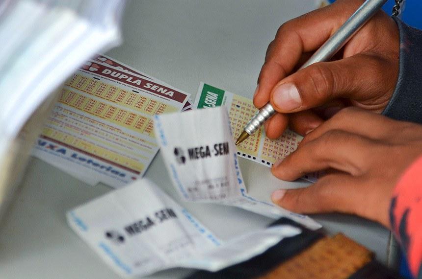 Movimentação nas lotéricas, às vésperas do sorteio da Mega-Sena da Virada.