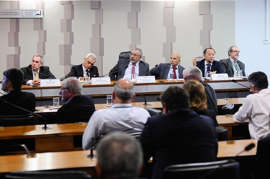 """Comissão de Direitos Humanos e Legislação Participativa (CDH) realiza audiência pública interativa para debater sobre: """"Política de preços e reajustes do gás, etanol, gasolina e diesel"""".   Mesa (E/D):  diretor-geral da Agência Nacional de Petróleo, Gás Natural e Biocombustíveis (ANP), Décio Oddone;  gerente geral de Marketing da Petrobras, Flávio Santos Tojal;  vice-presidente da CDH, senador Paulo Paim (PT-RS);  advogado e secretário da Frente Parlamentar em Defesa da Soberania Nacional, Samuel Gomes dos Santos;  diretor de Departamento de Combustíveis Derivados do Petróleo, da Secretaria de Petróleo, Gás Natural e Biocombustíveis do Ministério das Minas e Energia (MME), Cláudio Akio Ishihara;  consultor jurídico aposentado da Câmara dos Deputados, Paulo Cesar de Lima.  Foto: Pedro França/Agência Senado"""