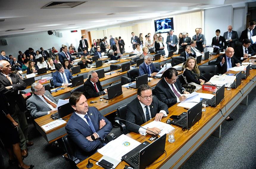 Comissão de Constituição, Justiça e Cidadania (CCJ) realiza reunião deliberativa com 19 itens na pauta. Entre eles, o PLS 631/2011, que altera processo de escolha dos membros e funcionamento dos conselhos tutelares.   Bancada:  senador Acir Gurgacz (PDT-RO);  senador Antonio Anastasia (PSDB-MG);  senador Benedito de Lira (PP-AL);  senador Eduardo Braga (MDB-AM);  senador Eduardo Lopes (PRB-RJ);  senador Flexa Ribeiro (PSDB-PA);  senador Humberto Costa (PT-PE);  senador Omar Aziz (PSD-AM);  senador Randolfe Rodrigues (Rede-AP);  senador Ricardo Ferraço (PSDB-ES);  senador Roberto Rocha (PSDB-MA);  senadora Ana Amélia (PP-RS);  senadora Gleisi Hoffmann (PT-PR);  senadora Vanessa Grazziotin (PCdoB-AM).  Foto: Pedro França/Agência Senado