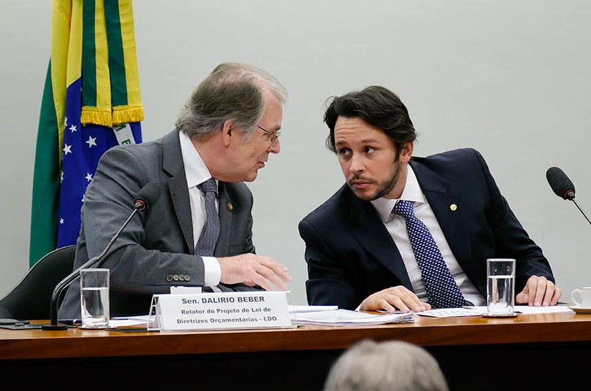 Comissão Mista de Planos, Orçamentos Públicos e Fiscalização (CMO) realiza reunião para eleição do vice-presidente e apreciação do relatório preliminar ao Projeto de Lei de Diretrizes Orçamentárias (PLDO) de 2019.   Mesa:  relator do Projeto de Lei de Diretrizes Orçamentárias (LDO), senador Dalírio Beber (PSDB-SC);  presidente da CMO, deputado Mário Negromonte Jr. (PP-BA).  Foto: Roque de Sá/Agência Senado