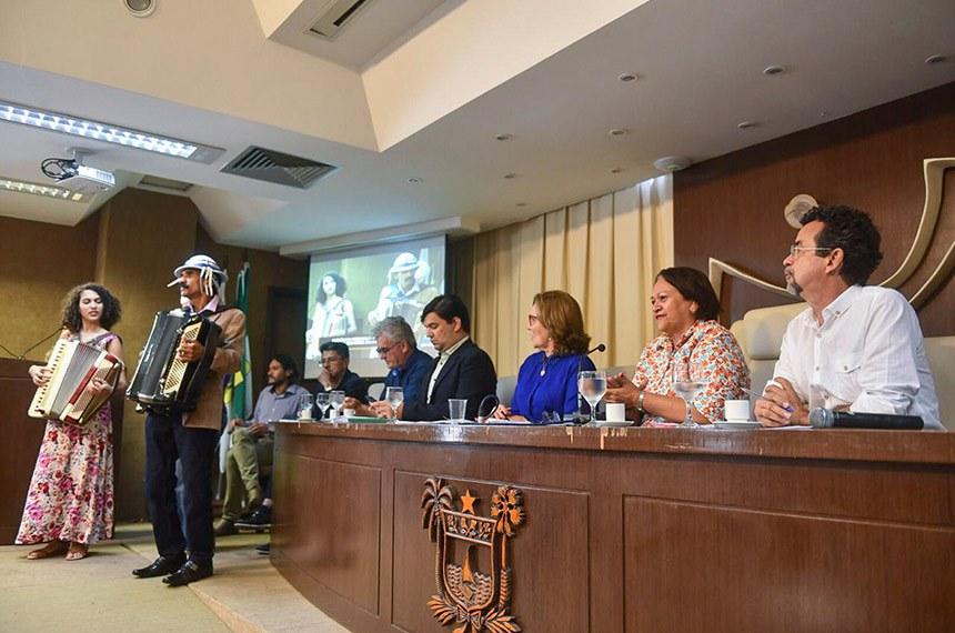 Comissão de Desenvolvimento Regional e Turismo (CDR) realiza audiência interativa para tratar sobre proposta de salvaguarda à cultura do forró, reconhecendo-a como patrimônio imaterial da cultura brasileira.  Participam à mesa: deputada Zenaide Maia (PHS-RN); presidente da CDR, senadora Fátima Bezerra (PT-RN); deputado Fernando Mineiro (PT).  Foto: Elisa Elsie/Gab. senadora Fátima Bezerra