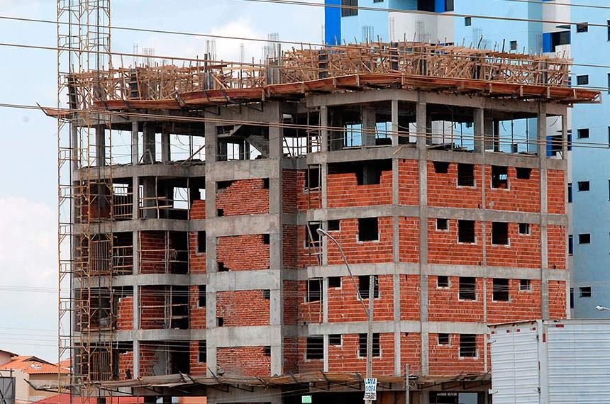 Construção de prédio na cidade-satélite de Taguatinga Foto: Antonio Cruz/ABr
