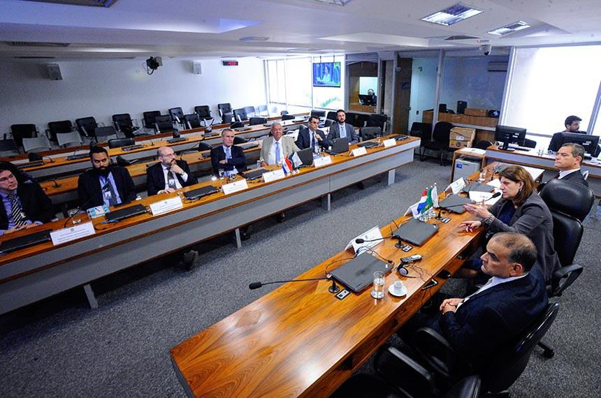A diretora-geral do Senado Federal, Ilana Trombka, apresenta à delegação do Paraguai o sistema de compras e contratações da Casa. Compõem a delegação empresários, um assessor do presidente da República recém-eleito, um advogado e o presidente da Câmara Internacional do Mercosul.   Em pronunciamento, diretora-geral do Senado Federal, Ilana Trombka à mesa.  Mesa: diretor-executivo de contratações, Wanderley Silva;  diretora-geral do Senado Federal, Ilana Trombka;  assessor do presidente eleito do Paraguai Angel Aquino.  Foto: Edilson Rodrigues/Agência Senado