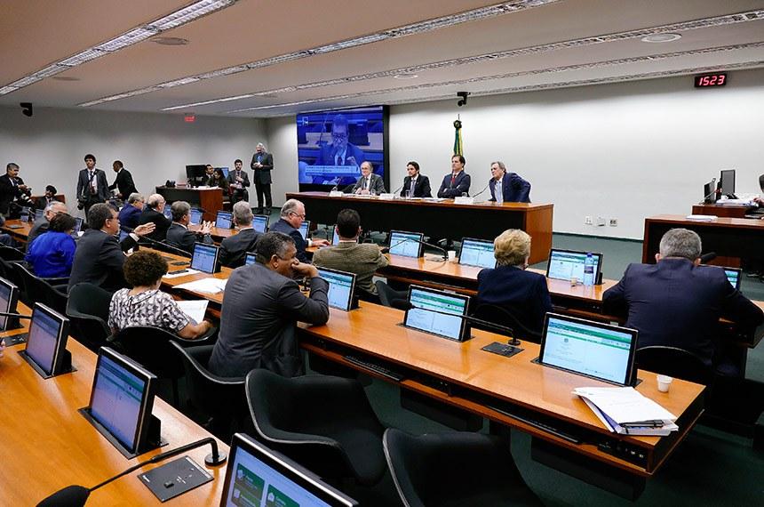 Comissão Mista de Planos, Orçamentos Públicos e Fiscalização (CMO) realiza reunião para eleição do vice-presidente e apreciação do relatório preliminar ao Projeto de Lei de Diretrizes Orçamentárias (PLDO) de 2019.   Mesa:  relator do Projeto de Lei de Diretrizes Orçamentárias (LDO), senador Dalírio Beber (PSDB-SC);  presidente da CMO, deputado Mário Negromonte Jr. (PP-BA);  secretário da comissão;  relator-geral do Projeto de Lei Orçamentária Anual (LOA), senador Waldemir Moka (MDB-MS).  Foto: Roque de Sá/Agência Senado