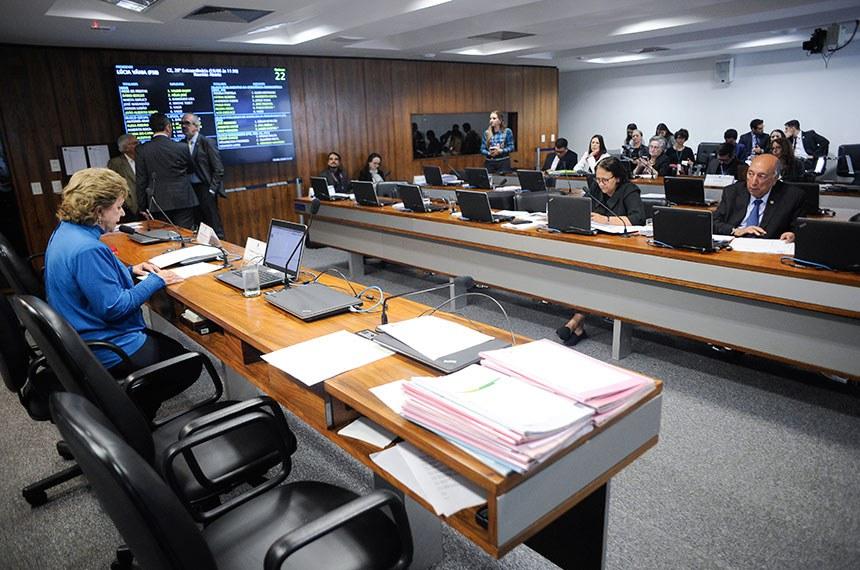 Comissão de Educação, Cultura e Esporte (CE) realiza reunião deliberativa para definição da política pública desenvolvida no âmbito do Poder Executivo a ser avaliada pela comissão em 2018, tendo em vista o disposto no Art. 96-B do Regimento Interno do Senado Federal, além da apreciação de 14 itens da pauta.   À mesa, presidente da CE, senadora Lúcia Vânia (PSB-GO).   Bancada:  senadora Fátima Bezerra (PT-RN);  senador Pedro Chaves (PRB-MS).  Foto: Pedro França/Agência Senado