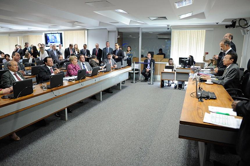 Comissão de Constituição, Justiça e Cidadania (CCJ) realiza reunião com 23 itens. Entre eles, os PDSs 57 e 59 de 2018, que sustam decreto que alterou  Imposto sobre Produtos Industrializados (IPI) sobre insumo para fabricação de refrigerantes de empresas instaladas na Zona Franca de Manaus.   À mesa: presidente da CCJ, senador Edison Lobão (MDB-MA).  À bancada: senador José Pimentel (PT-CE); senador Eduardo Braga (MDB-AM); senadora Ana Amélia (PP-RS); senador Roberto Rocha (PSDB-MA); senador Hélio José (Pros-DF); senador Ricardo Ferraço (PSDB-ES).  Foto: Pedro França/Agência Senado