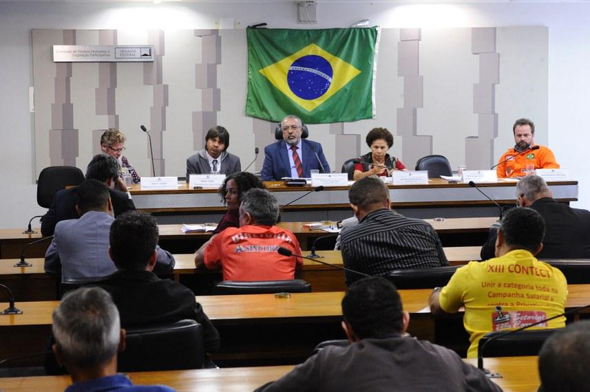 Senadores Paim (na mesa, ao centro) e Regina Souza (2ª à dir.) conduzem a audiência na comissão