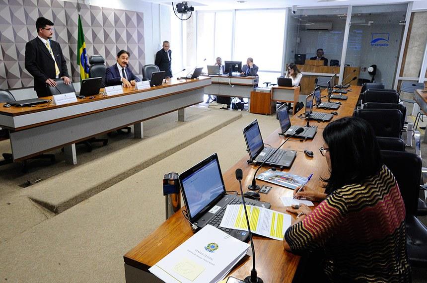 Comissão Mista da Medida Provisória (CMMPV) nº 827, de 2018, que altera a Lei nº 11.350, de 5 de outubro de 2006, quanto a direitos dos Agentes Comunitários de Saúde e dos Agentes de Combate às Endemias, realiza reunião deliberativa para apreciação de relatório.   À mesa, presidente da CMMPV 827/2018, deputado Raimundo Gomes de Matos (PSDB-CE).  Foto: Edilson Rodrigues/Agência Senado