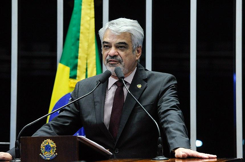 Humberto Costa comemora aprovação de projeto que pune importunação sexual —  Senado Notícias