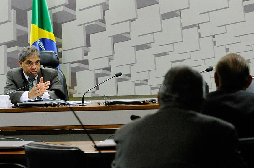 Comissão Senado do Futuro (CSF) realiza reunião para escolha das emendas da comissão Projeto de Lei de Diretrizes Orçamentárias (PLDO) para 2019.  Em pronunciamento, à mesa, presidente da CSF,  senador Hélio José (Pros-DF).  Foto: Geraldo Magela/Agência Senado