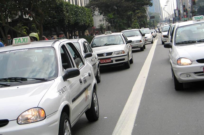 Taxis em rua de São Paulo.