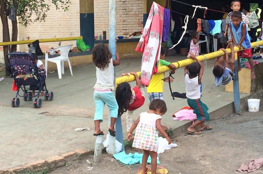 O Congresso Nacional aprovou, em junho, o Marco Regulatório de Ajuda Humanitária, instituído por meio de medida provisória a partir das demandas causadas pelo fluxo migratório de venezuelanos para o Brasil. A reportagem especial O Grito que Vem da Fronteira destaca a situação desses imigrantes, que deixam sua terra natal em razão da crise econômica e política no país vizinho. O repórter Celso Cavalcanti conversou com imigrantes, autoridades públicas e representantes de organizações que se dedicam a prestar atendimento humanitário àqueles que chegam ao território brasileiro por meio do estado de Roraima.