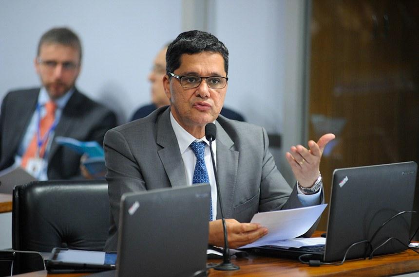 Comissão de Assuntos Econômicos (CAE) realiza reunião com 18 itens da pauta. Entre eles, o PLS 191/2014, que inclui a câmera de marcha a ré como equipamento obrigatório dos veículos automotores.  Em pronunciamento, à bancada, senador Ricardo Ferraço (PSDB-ES).   Foto: Pedro França/Agência Senado