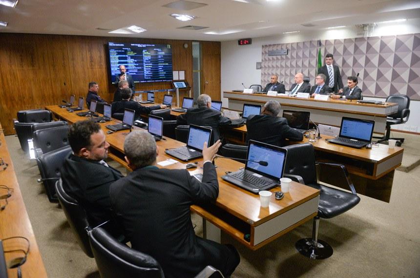 Comissão Mista da Medida Provisória (CMMPV) 832/2018, que institui política de preços mínimos para transporte rodoviário de cargas, realiza audiência com a participação de representantes dos setores industrial e do agronegócio.  Mesa: autônomo, Joel Almir Rocha; relator da CMMPV 832/2018, deputado Osmar Terra (MDB-RS); presidente eventual da CMMPV 832/2018, deputado Assis do Couto (PDT-PR); presidente executivo da Associação Brasileira das Indústrias de Óleos Vegetais (Abiove), André Nassar.  Foto: Jefferson Rudy/Agência Senado