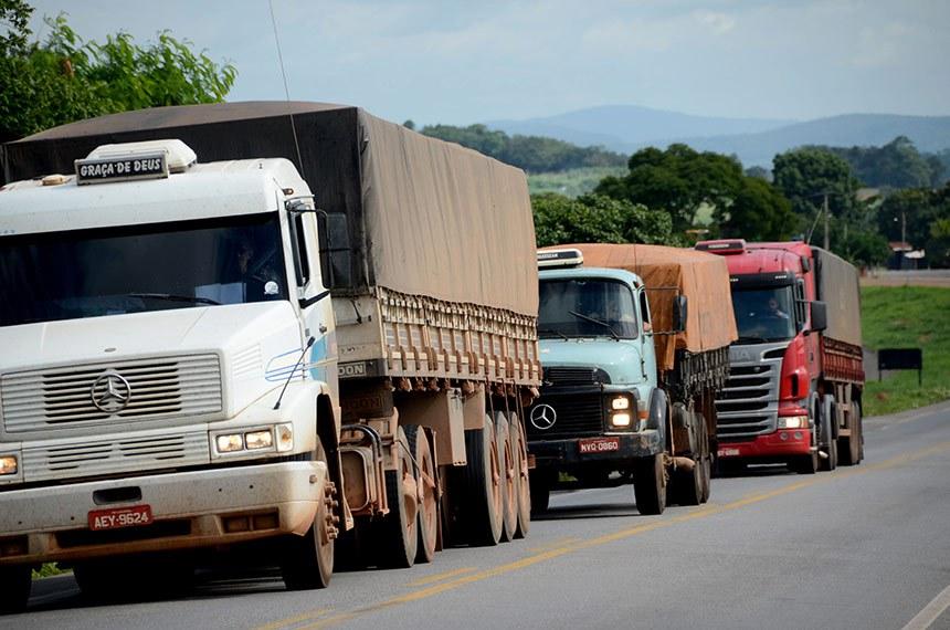 Caminhões transportam carga pelas rodovias do Estado de Goiás.