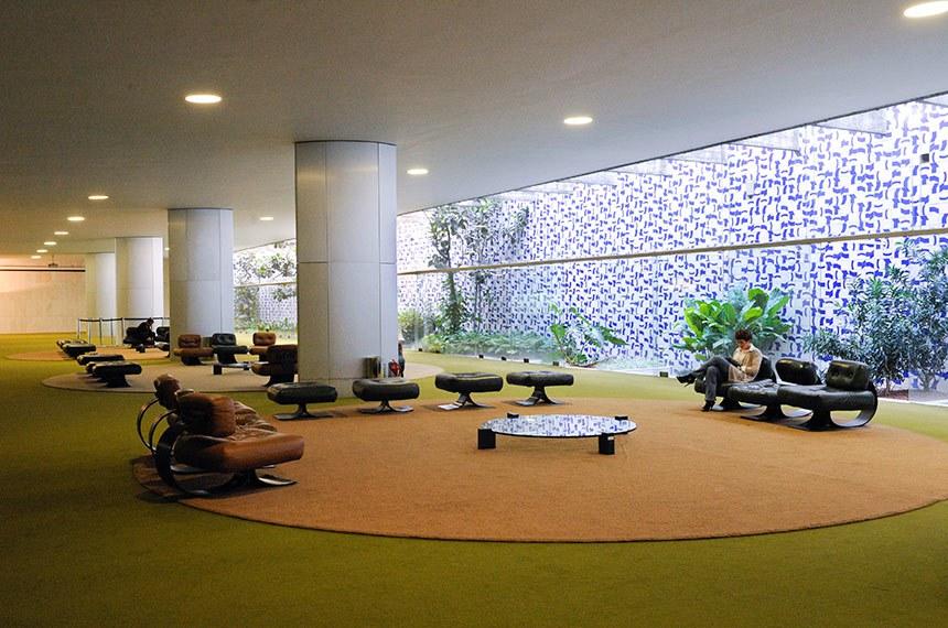 Geral do Salão Verde da Câmara dos Deputados, tem ao fundo um jardim concebido pelo paisagista Roberto Burle Marx, revestido por painel de azulejos criado por Athos Bulcão. Decoram ainda esse salão painéis de Athos Bulcão e Marianne Peretti. O mobiliário - poltronas e mesas de centro - é criação de Oscar Niemeyer.
