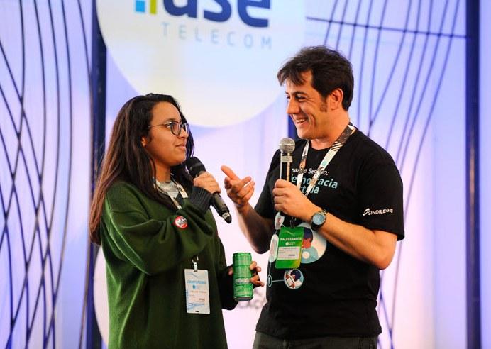 Campus Party Brasília 2018  A Câmara dos Deputados e o Senado Federal estão presentes na Campus Party Brasília 2018, um dos maiores eventos de tecnologia do mundo, que começa a partir desta quarta-feira (27). O Congresso Nacional estará representado pelas duas casas legislativas visando aumentar a transparência no parlamento e integrar o público ao ambiente legislativo.   Senado e Câmara lançam o Desafio VisitApp, que propõe a criação de um aplicativo para tornar a visitação do Congresso mais dinâmica e possível de ser feita, inclusive, por meio de passeio virtual. As inscrições para o Desafio são gratuitas e poderão ser feitas da sexta-feira até 28 de setembro. As premiações incluem R$ 15 mil para o primeiro lugar, um notebook Alienware Dell 17 5R para o segundo e R$ 5 mil para o terceiro.  Participam: Cleiciane Ferreira representante da Câmara dos Deputados, Fabrício Sousa.   Foto: Edilson Rodrigues/Agência Senado
