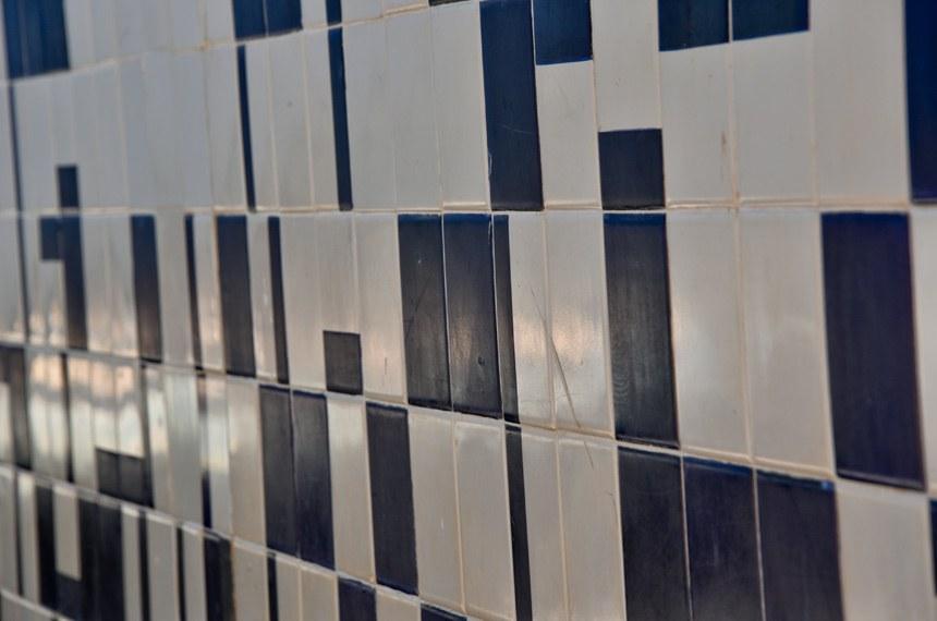 Especial Athos Bulcão  Escola Classe 407 Norte  Escola Classe 407 Norte Painel de azulejos e painel mural, Escola Classe 407 Norte, 1965.   Detalhes do Google Maps Asa Norte Superquadra Norte 408 - Asa Norte, Brasília - DF, 70297-400 +55 61 3901-2637