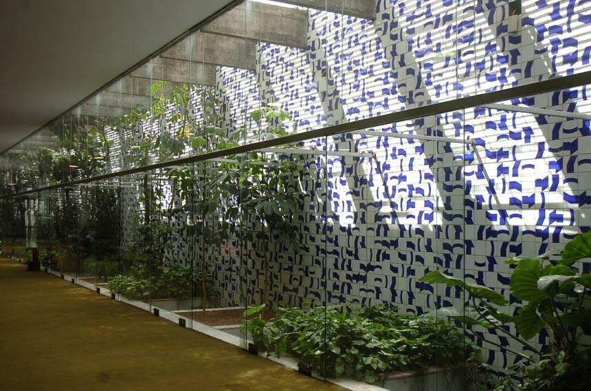 """Hall do Salão Verde da Câmara que recebeu o curioso nome de Ventania.As paredes inteiras azulejadas em branco e azul que levam a """"assinatura"""" do artista Athos Bulcão."""