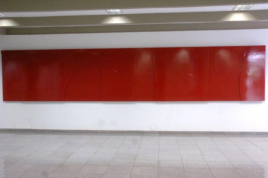 Um painel vermelho em madeira com figuras geométricas do artista plástico Athos Bulcão compõe uma parede divisória do Salão Nobre do Senado.