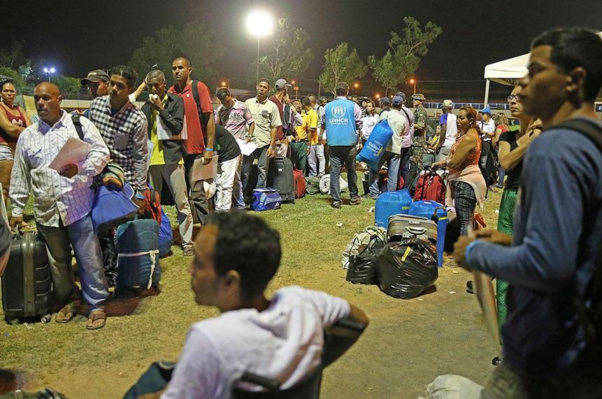 Refugiados venezuelanos se preparam para deixar Roraima com destino a São Paulo e Cuiabá.