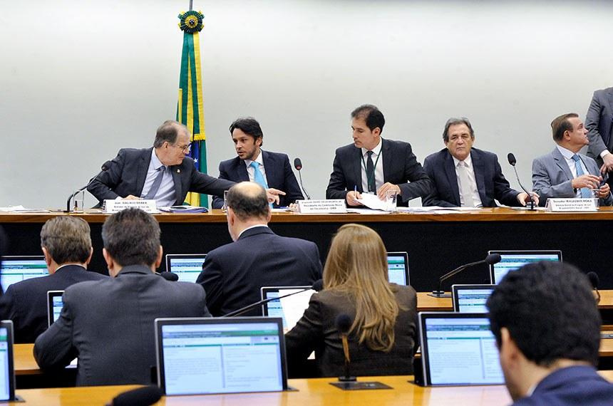 Comissão Mista de Planos, Orçamentos Públicos e Fiscalização (CMO) realiza reunião deliberativa extraordinária.  Mesa:  relator do Projeto de Lei de Diretrizes Orçamentárias (LDO), senador Dalírio Beber (PSDB-SC);  presidente da CMO, deputado Mário Negromonte Jr. (PP-BA);  secretário da comissão;  relator-geral do Projeto de Lei Orçamentária Anual (LOA), senador Waldemir Moka (MDB-MS); senador Wellington Fagundes (PR-MT).   Foto: Geraldo Magela/Agência Senado