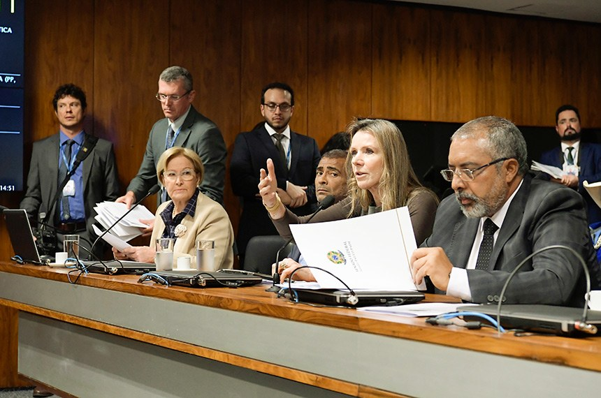 Comissão de Direitos Humanos e Legislação Participativa (CDH) realiza reunião com 29 itens na pauta. Entre eles, o PLS 382/2011, que obriga cota de brinquedos para crianças com deficiência em shoppings.  Bancada: senadora Ana Amélia (PP-RS); senador Romário (Pode-RJ); senadora Vanessa Grazziotin (PCdoB-AM); senador Paulo Paim (PT-RS).  Foto: Waldemir Barreto/Agência Senado