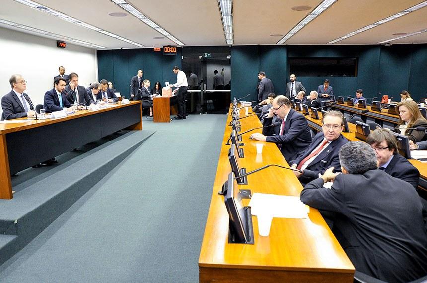 Comissão Mista de Planos, Orçamentos Públicos e Fiscalização (CMO) realiza reunião deliberativa extraordinária.  Mesa:  relator do Projeto de Lei de Diretrizes Orçamentárias (LDO), senador Dalírio Beber (PSDB-SC);  presidente da CMO, deputado Mário Negromonte Jr. (PP-BA);  secretário da comissão;  relator-geral do Projeto de Lei Orçamentária Anual (LOA), senador Waldemir Moka (MDB-MS).  Foto: Geraldo Magela/Agência Senado