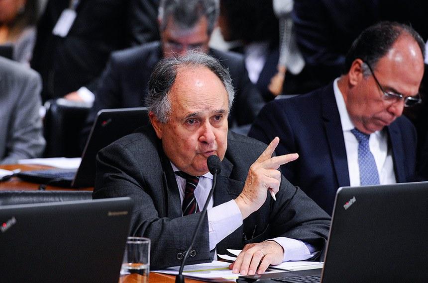 Comissão de Assuntos Econômicos (CAE) realiza reunião com 18 itens. Na pauta, o PLS 330/2013, que estabelece regras de proteção de dados pessoais.   Em pronunciamento, à bancada, senador Cristovam Buarque (PPS-DF). À direita, senador Fernando Bezerra Coelho (MDB-PE).  Foto: Edilson Rodrigues/Agência Senado