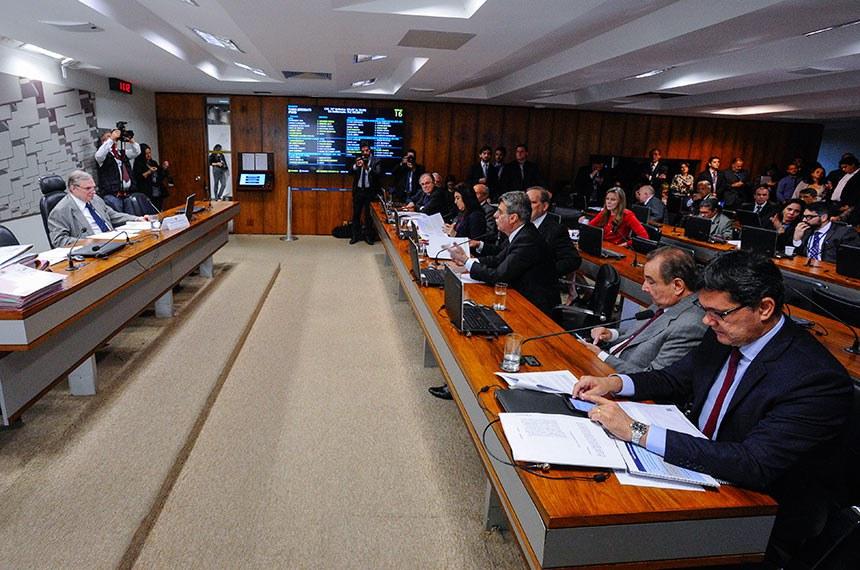 Comissão de Assuntos Econômicos (CAE) realiza reunião com 18 itens. Na pauta, o PLS 330/2013, que estabelece regras de proteção de dados pessoais.   Presidente da CAE, senador Tasso Jereissati (PSDB-CE) à mesa.  À bancada: senador Armando Monteiro (PTB-PE); senador José Agripino (DEM-RN); senador Romero Jucá (MDB-RR) senador Ricardo Ferraço (PSDB-ES).   Foto: Edilson Rodrigues/Agência Senado