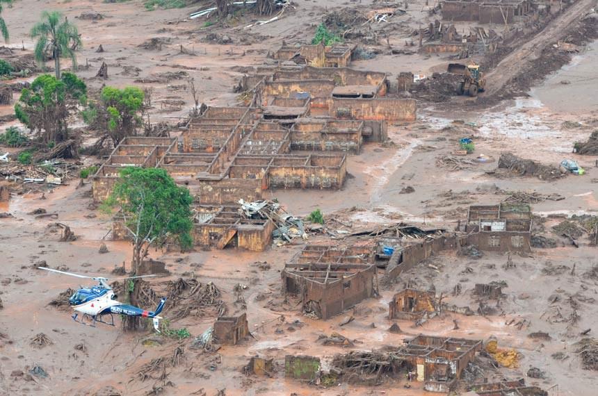 Área afetada pelo rompimento da barragem no distrito de Bento Rodrigues, zona rural de Mariana, em Minas Gerais.