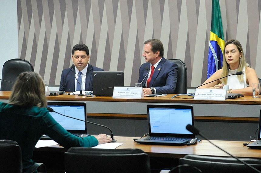 Comissão de Serviços de Infraestrutura (CI) realiza audiência para tratar sobre as obras de manutenção, conservação e recuperação da BR-319, especificamente acerca dos estudos de impacto ambiental, requisito necessário para a liberação das obras de reasfaltamento da rodovia.  Mesa: diretor de infraestrutura ferroviária do Departamento Nacional de Infraestrutura de Transportes (Dnit), Charles Magno Nogueira Beniz; vice-presidente da CI, senador Acir Gurgacz (PDT-RO); diretora de licenciamento ambiental do Instituto Brasileiro do Meio Ambiente e dos Recursos Naturais Renováveis (Ibama), Larissa Carolina Amorim.  Foto: Geraldo Magela/Agência Senado