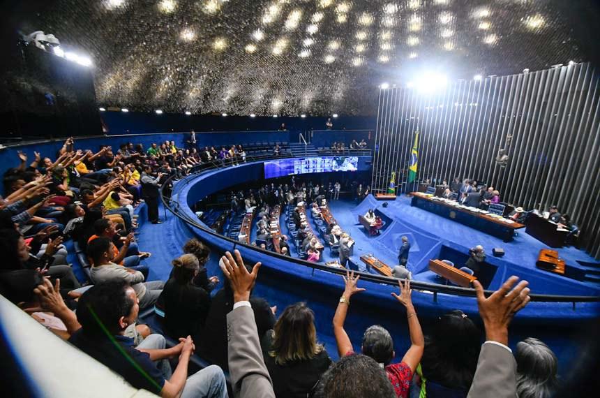 Plenário do Senado Federal durante sessão deliberativa extraordinária.   Plenário aprova projeto (PLV 18/2018) que trata da atuação dos agentes comunitários de saúde e aumenta piso da categoria. Projeto segue a sanção.   À mesa, presidente do Senado Federal, senador Eunício Oliveira (MDB-CE), conduz sessão.  Foto: Marcos Oliveira/Agência Senado