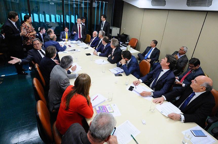 Comissão Mista de Planos, Orçamentos Públicos e Fiscalização (CMO) realiza reunião do colegiado de líderes para tratar de matérias orçamentárias.   Participam:  relator da Lei de Diretrizes Orçamentárias (LDO), senador Dalirio Beber (PSDB-SC);  presidente da CMO, deputado Mário Negromonte Jr. (PP-BA);  senador Flexa Ribeiro (PSDB-PA);  senador João Capiberibe (PSB-AP);  senador Waldemir Moka (MDB-MS);  senador Wilder Morais (DEM-GO);  deputado Júlio Cesar (PSD-PI);  deputado Celso Maldaner (MDB-SC);  deputado Rogério Marinho (PSDB-RN);  deputado Gilberto Nascimento (PSC-SP);  deputado Milton Monti (PR-SP);  deputado Geraldo Resende (PSDB-MS);  deputada Laura Carneiro (DEM-RJ).  Foto: Edilson Rodrigues/Agência Senado