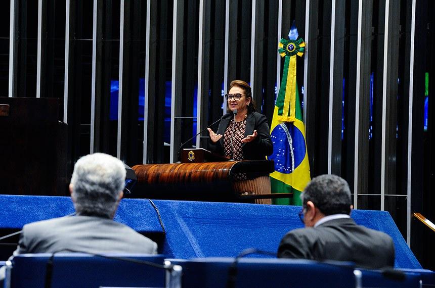 Plenário do Senado Federal durante sessão não deliberativa extraordinária.  À tribuna, senadora Kátia Abreu (PDT-TO).  Em aparte, à bancada, senador Roberto Requião (MDB-PR). À direita, senador Rudson Leite (PV-RR).  Foto: Edilson Rodrigues/Agência Senado