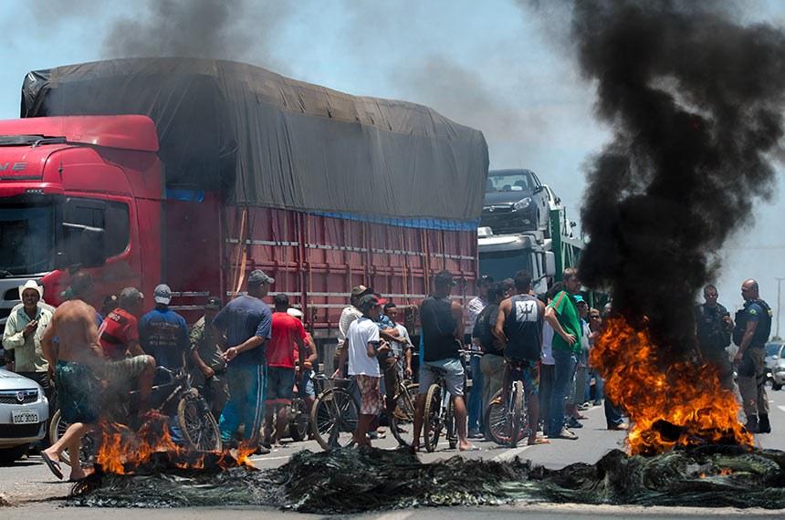Caminhoneiros protestam na BR 040, nas proximidades da cidade de Valparaíso de Goiás.  Foto: Marcelo Camargo/ABr