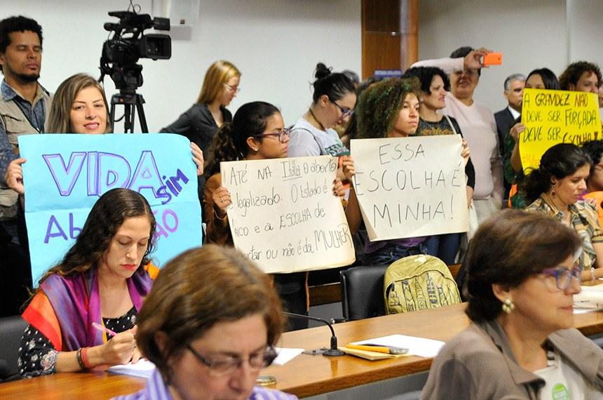 Comissão de Direitos Humanos e Legislação Participativa (CDH) realiza audiência pública interativa para instruir a Sugestão 15/2014, que regula a interrupção voluntária da gravidez, dentro das doze primeiras semanas de gestação, pelo SUS.   Da bancada, manifestantes protestam com cartazes.   Foto: Geraldo Magela/Agência Senado