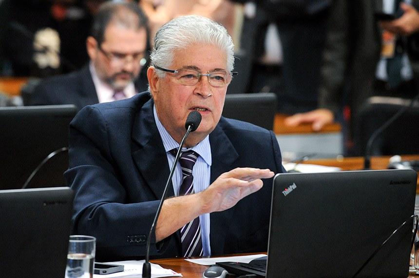 Comissão de Assuntos Econômicos (CAE) realiza audiência pública interativa para debater política de preços dos combustíveis.  Em pronunciamento, à bancada, senador Roberto Requião (MDB-PR).  Foto: Marcos Oliveira/Agência Senado