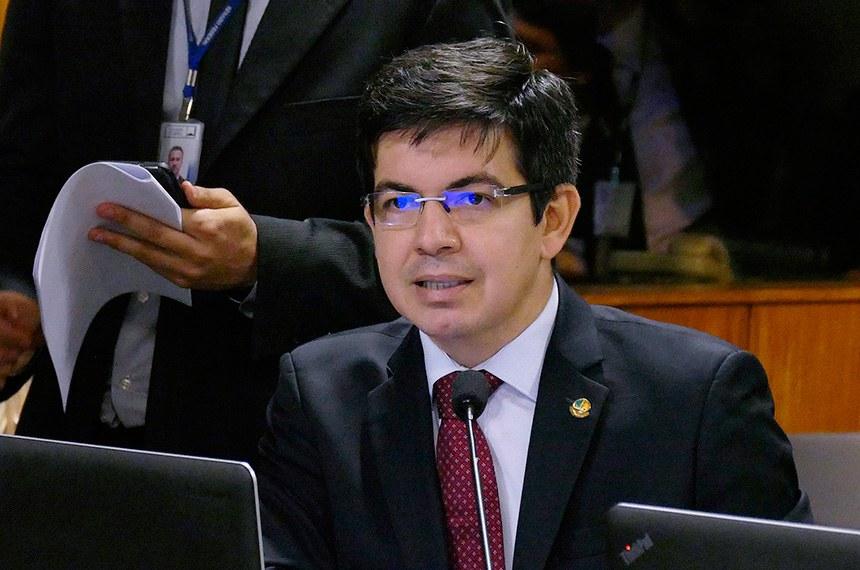 Comissão de Assuntos Econômicos (CAE) realiza reunião deliberativa com 15 itens. Na pauta, o PLS 330/2013, que estabelece regras de proteção de dados pessoais.   Em pronunciamento, à bancada, senador Randolfe Rodrigues (Rede-AP).  Foto: Roque de Sá/Agência Senado