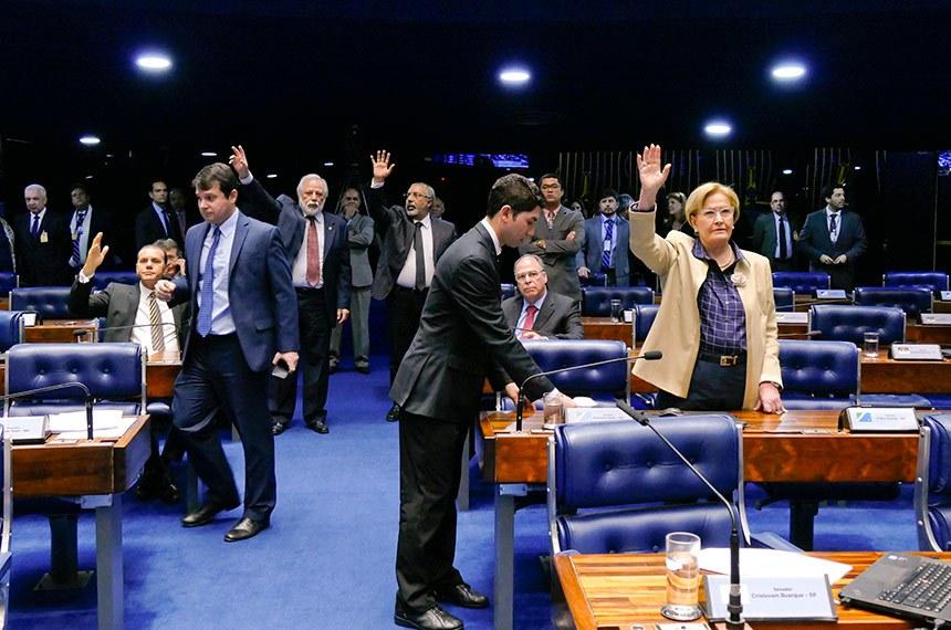 Plenário do Senado Federal durante sessão deliberativa extraordinária.  Participam à bancada: senador Airton Sandoval (MDB-SP); senador Ataídes Oliveira (PSDB-TO); senador Fernando Bezerra Coelho (MDB-PE);  senador Omar Aziz (PSD-AM);  senador Paulo Paim (PT-RS);  senadora Ana Amélia (PP-RS) .  Foto: Roque de Sá/Agência Senado