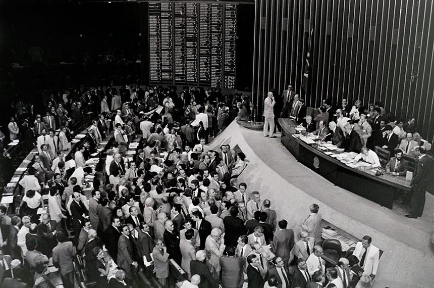 Assembléia Nacional Constituinte - Sessões Plenárias - Plenário Cheio e Mesa - Reforma Agrária - Votação de Matérias. Mário Covas; José Genoíno; Sigmaringa Seixas; Augusto Carvalho; Bernardo Cabral; Ulysses Guimarães.